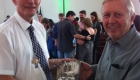 Pastor Winterle recebendo material do sr. Paulo Warth, diretor da HL